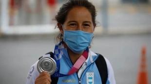 Sofía Maccari posando con la medalla de plata