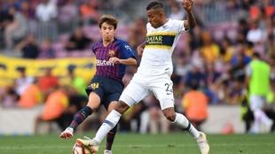Riqui Puig y Sebastian Villa durante un partido entre Barcelona y...