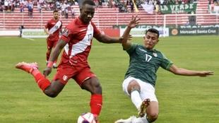 Luis Advíncula jugando con Perú contra Bolivia