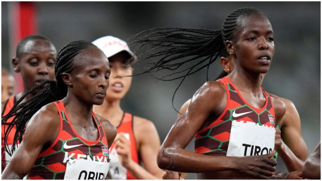 Agnes Jebet Tirop, a la derecha de la foto, en una carrera.
