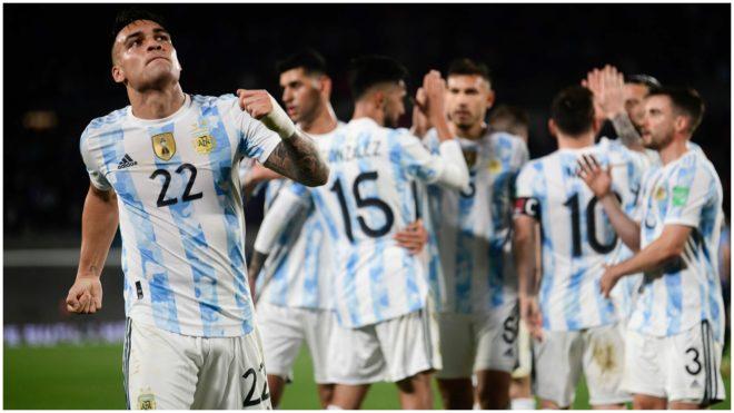 Los jugadores argentinos festejan uno de los goles que le hicieron a...