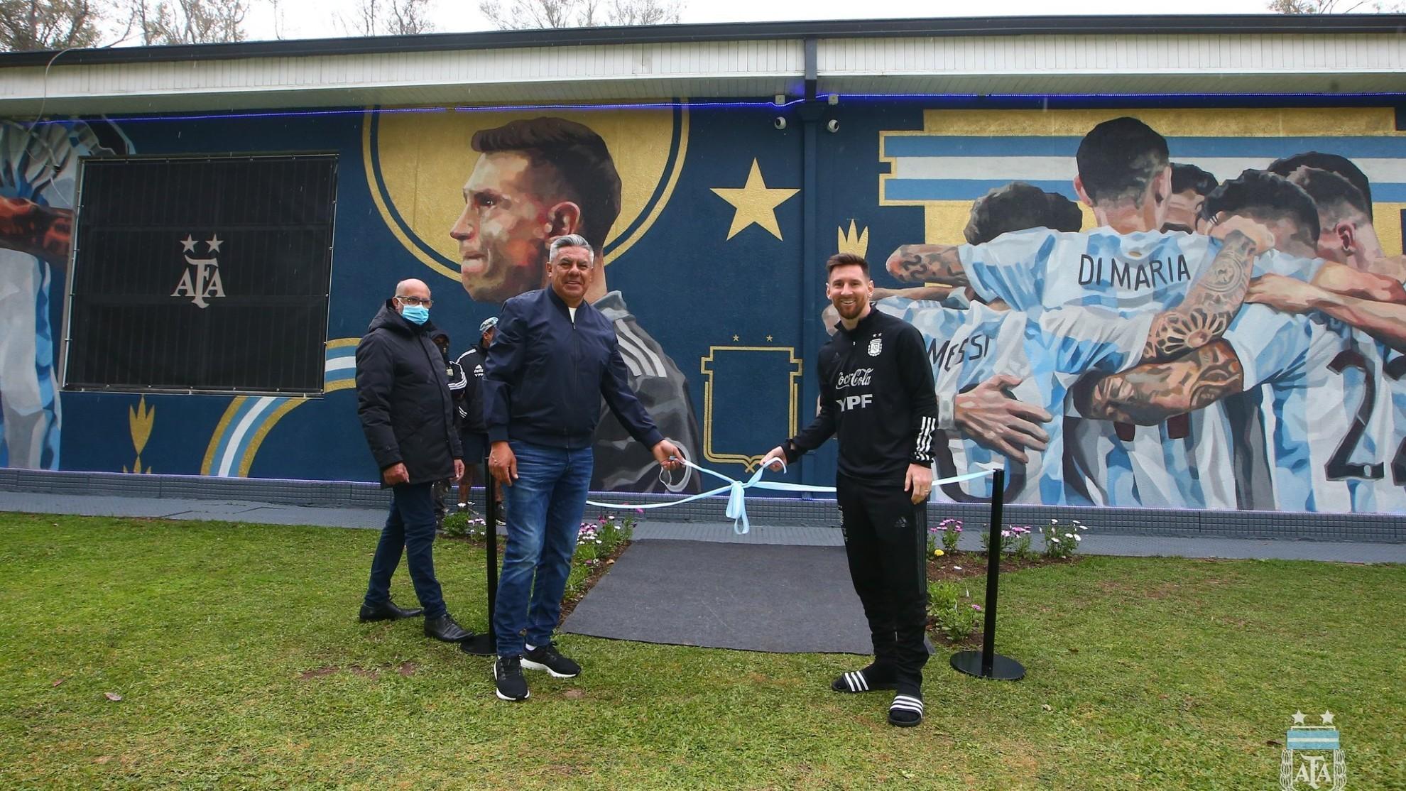 Claudio Tapia y Leo Messi inauguraron el mural de la Copa América