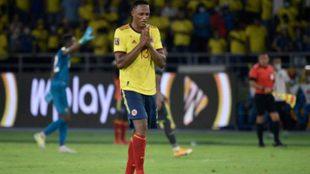 Yerry Mina se agarra las manos durante el partido ante Ecuador.