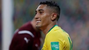 Raphinha sonríe en un partido con Brasil