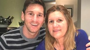 Leo Messi junto a su madre Celia