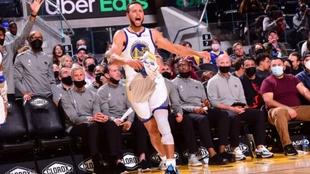 Stephen Curry celebrando la victoria contra Portland