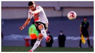 Julián Álvarez, en el momento en que hace el primer gol a Boca en el...