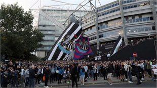 Los hinchas del Newcastle, concentrados fuera del St. James Park.