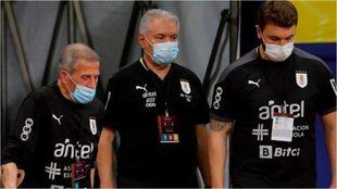 Tabárez, a la derecha de la foto, junto a sus ayudantes, en el...