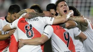 Los jugadores de River celebran un gol.