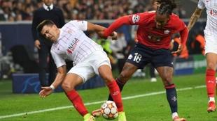 Marcos Acuña peleando la pelota contra Renato Sanches