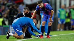 Jordi Alba es atendido en la banda, durante el encuentro contra el...