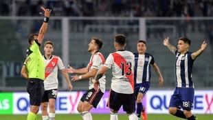 Herrera le muestra la roja a Peña Biafore tras el pisotón a Méndez.
