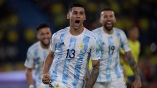 Cuti Romero (23) celebra el gol que anotó ante Colombia en las...