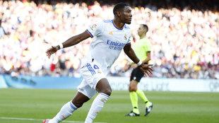 Alaba celebra el primer gol de la victoria del Real Madrid en...