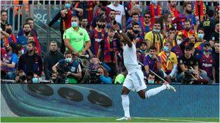 Alaba festeja su gol ante el Barcelona.