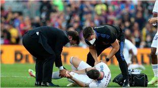 Los servicios médicos del Real Madrid atienden a Valverde en el Camp...