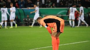 Neuer se lamenta tras un gol del Gladbach.